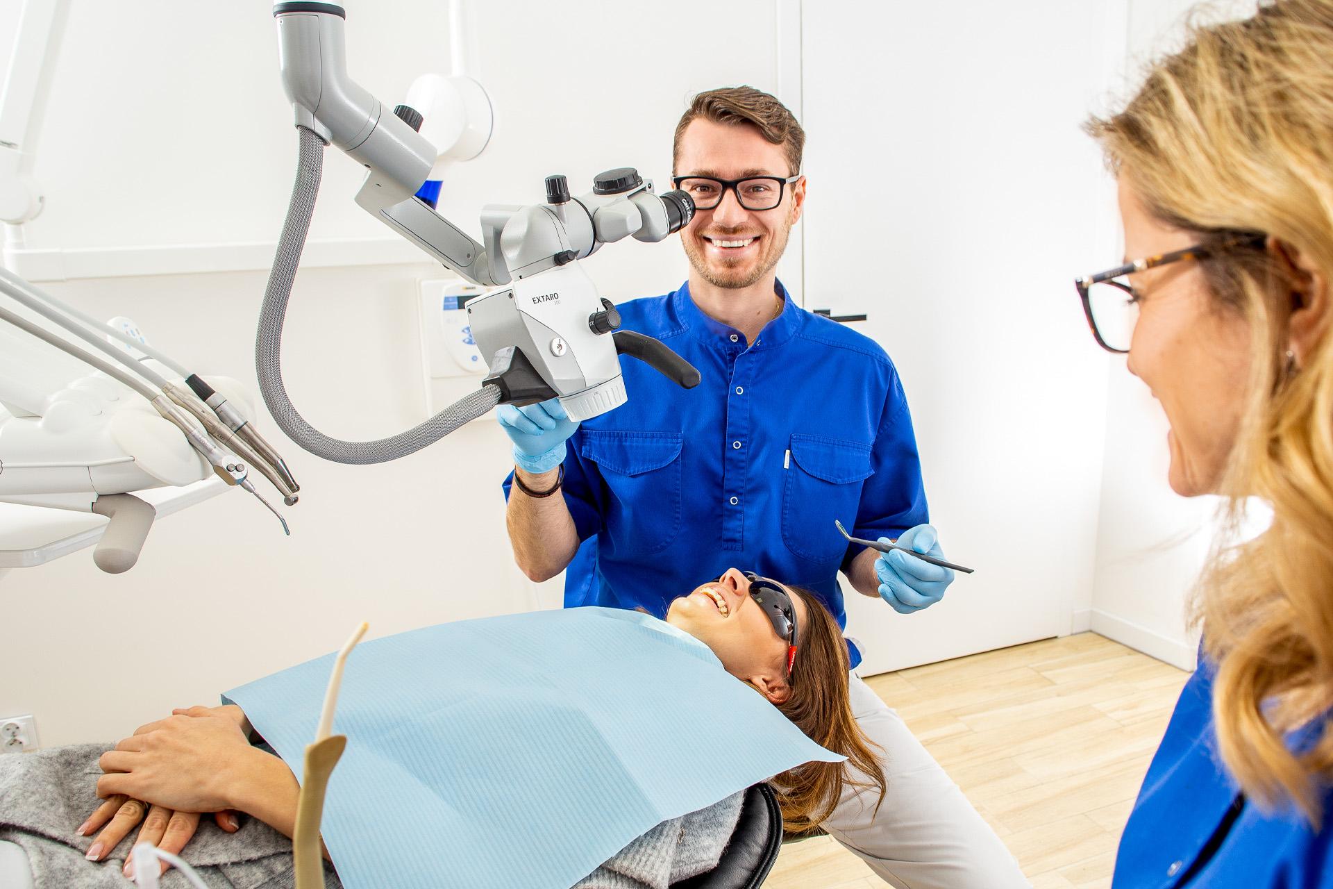 uśmiechnieci stomatolodzy przygotowują się do zabiegu
