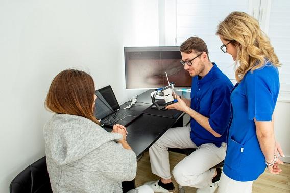 stomatolodzy pokazują klientce przebieg zabiegu